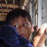 Niño en el autobús