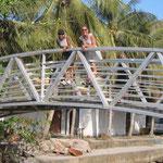 Con María en un pintoresco puente en Deshaies