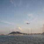 Los aviones sobrevuelan los mástiles constantemente