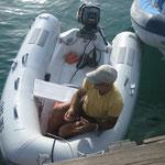 Jose atando el dinghy con el candado