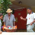 El premiado regaló la cesta a los trabajadores de la marina