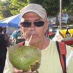 Jose refrescándose con un jugo de coco