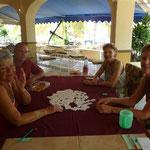 Margaret, Bruno, Diana y Debby en la otra mesa de juego