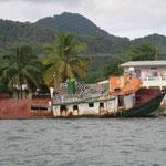 El barco arrojado a la orilla, como consecuencia del último huracán en 2008