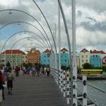 El puente que separa las dos partes de la ciudad: Punda y Otrobanda