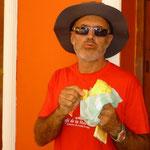 Jose refrescándose con un mango