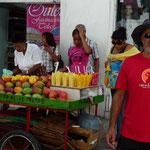 Muchos puestos en la calle de venta de fruta