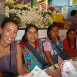 Con las niñas de la familia Curiel, en el Mercado