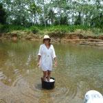 Lavando la ropa en Río Diablo, en Narganá
