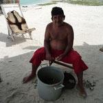 Pedro, limpiando caracoles