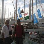 Ángel y Jose paseando entre los barcos