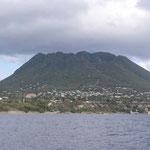 El volcán Mazinga, cuando nos alejamos de la isla