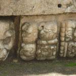 """Jeroglícos en el Templo 22, sus máscaras lo marcan como una """"montaña sagrada"""""""