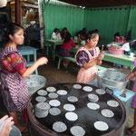 Una imagen que se ve mucho, las chicas haciendo tortillas de maíz