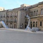 La plaza principal con su característica escultura