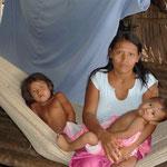 La mamá con dos de sus hijos