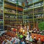 Mezcales y otros licores en el Mercado Benito Juárez