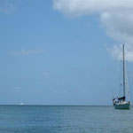 El Caps fondeado en Chatam Bay y un ketch en el horizonte, navegando
