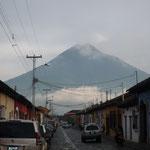 Antigua con el volcán de fondo