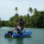 Jose y Leopoldo en el dinghy del Yaya