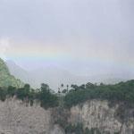 Bonito paisaje con el arcoiris de fondo