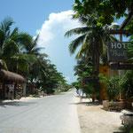 La zona de cabañas y restaurantes de la playa