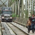Grandes trailers también cruzan el destartalado puente