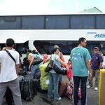 En la Terminal de Pasajeros de Puerto la Cruz, a punto de subir al bus