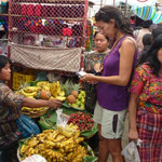 Comprando unos plátanos