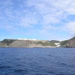 En la aproximación a la isla vemos los depósitos de combustible