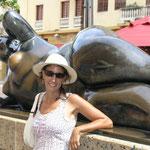 Junto a una escultura de Botero