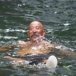 Carlos disfrutando de un baño en las aguas dulces