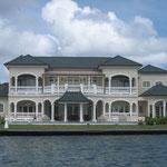 En el Lagoon, grandes mansiones