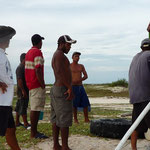Los chicos enderezando el peñero de Moncho