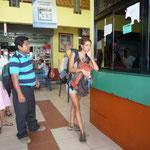 Comprando los boletos en la terminal de Puerto Limón