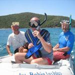 Fondeamos con el dinghy en los arrecifes para ver los fondos