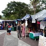 Paraditas de artesanía en la Plaza de las Heroínas
