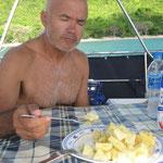 Comiendo una piña fresquita, qué rica!