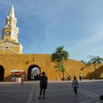 Plaza de los Coches y atrás Puerta del Reloj