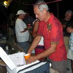 Espartaco, sirviendo sangría en la fiesta de Coco Bandero