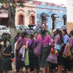 Mujeres vendiendo en la calle