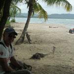 La playa de arena negra llena de arrecifes