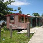 Casa típica del lugar, de madera, pequeñita y colorida