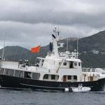 El barco del comité, al nivel del  acontecimiento