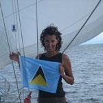 Izando la bandera de St. Lucía