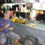 Comiendo un pincho en la plaza de las Heroínas