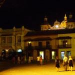 Caminando por la plaza de la Aduana, toda iluminada