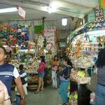 Paraditas de artesanías en el mercado