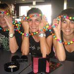 Carmelo nos regaló a las chicas unos coloridos collares