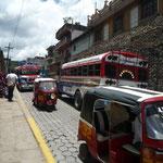 Moto taxis y autobuses siempre en circulación